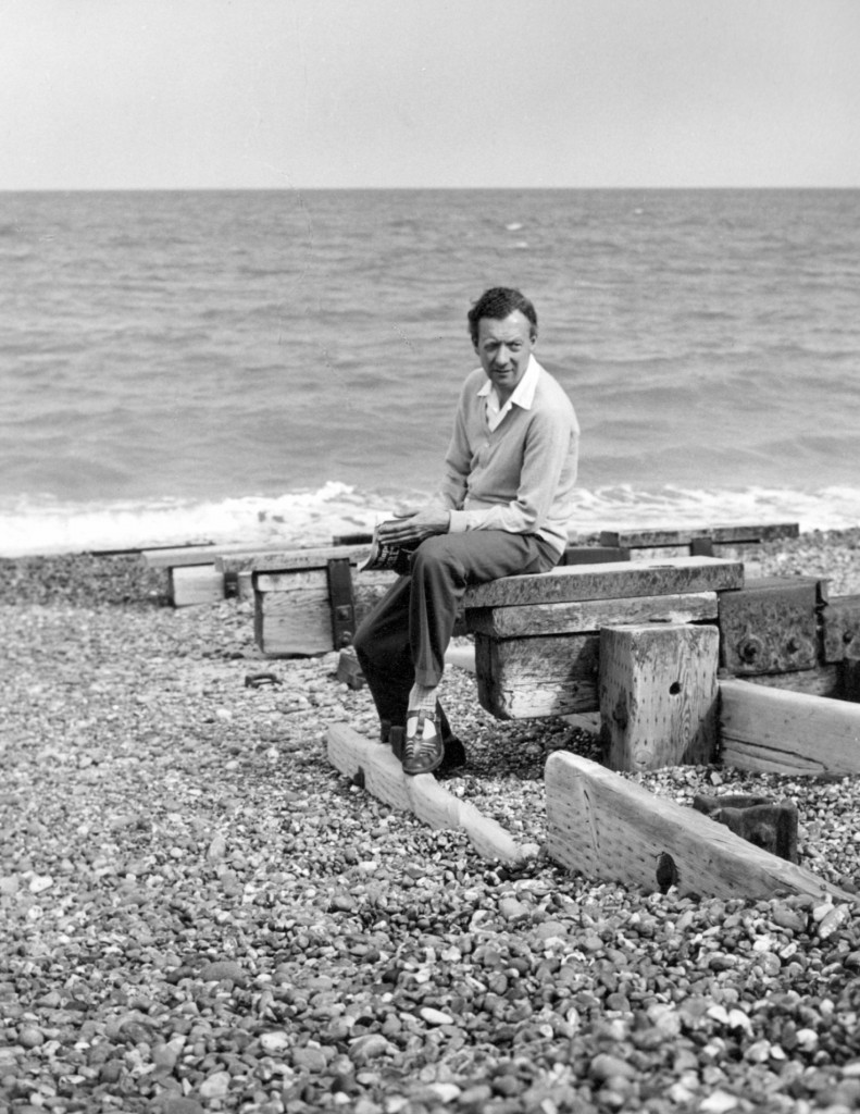 Britten en Aldeburgh Beach en 1959. Photo by Hans Wild.  Imagen: Britten-Pears Foundation, http://www.brittenpears.org