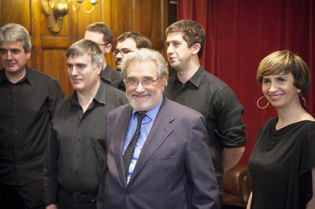 Carlos Ibarra y algunos de los intérpretes participantes en el homenaje. Foto: VOEMY FACTORY