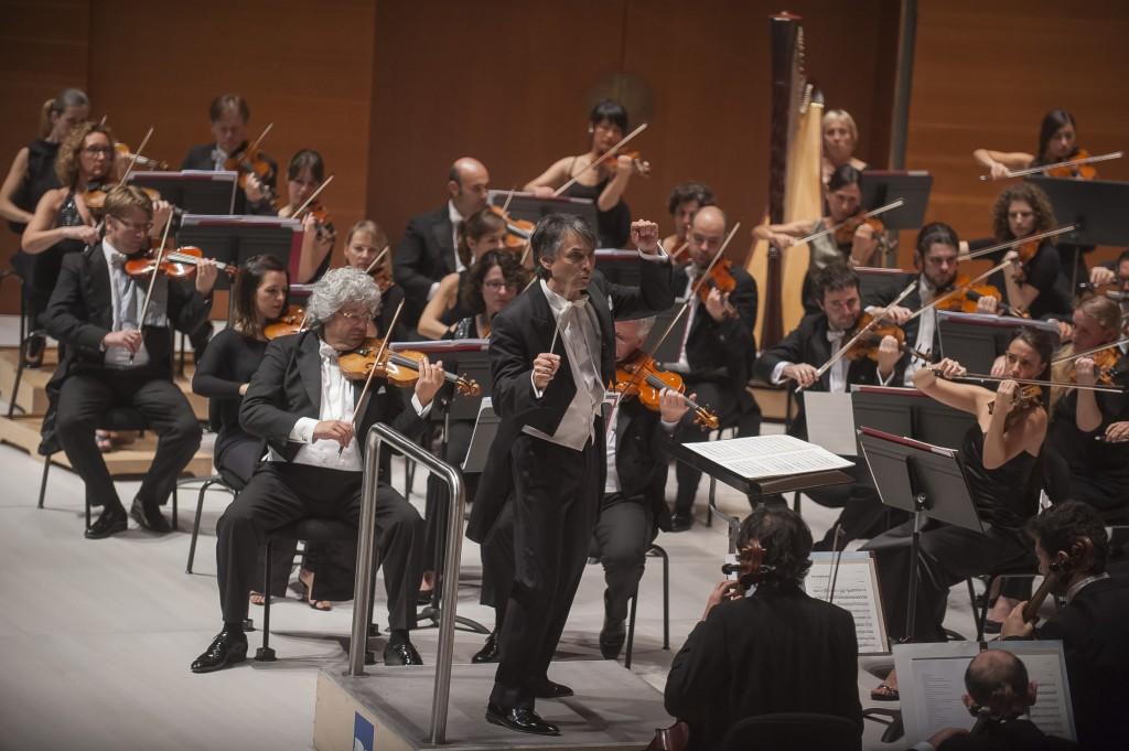Jun Märkl dirigiendo a la OSE en el programa que la orquesta dedicó a Mahler, Ravel y Messiaen Foto: OSE /