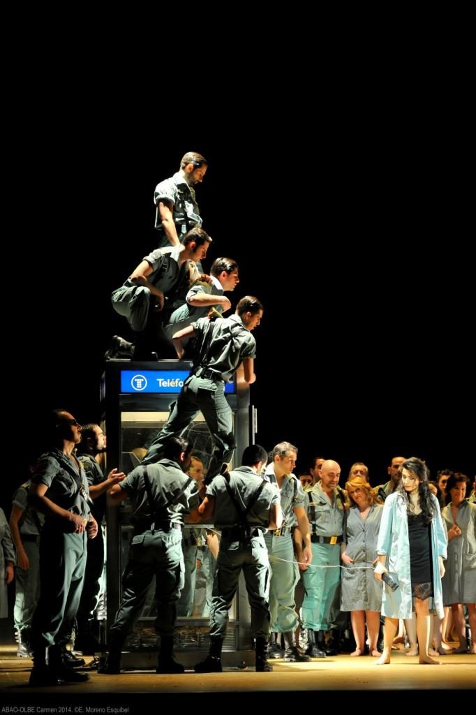 """Imagen del primer acto del montaje de Bieito para """"Carmen"""", de Bizet, en la Temporada d ABAO-OLBE. Foto: ABAO-OLBE, ©E. Moreno Esquibel"""