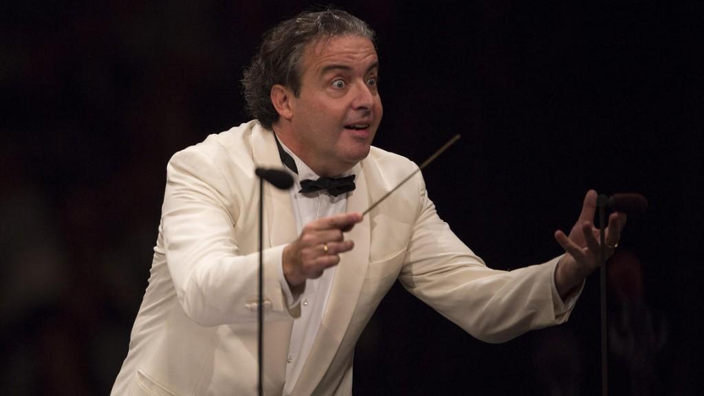 Juanjo Mena dirigiendo la Los Angeles Philharmonic en septiembre 2014. Foto: Gina Ferazzi / Los Angeles Times