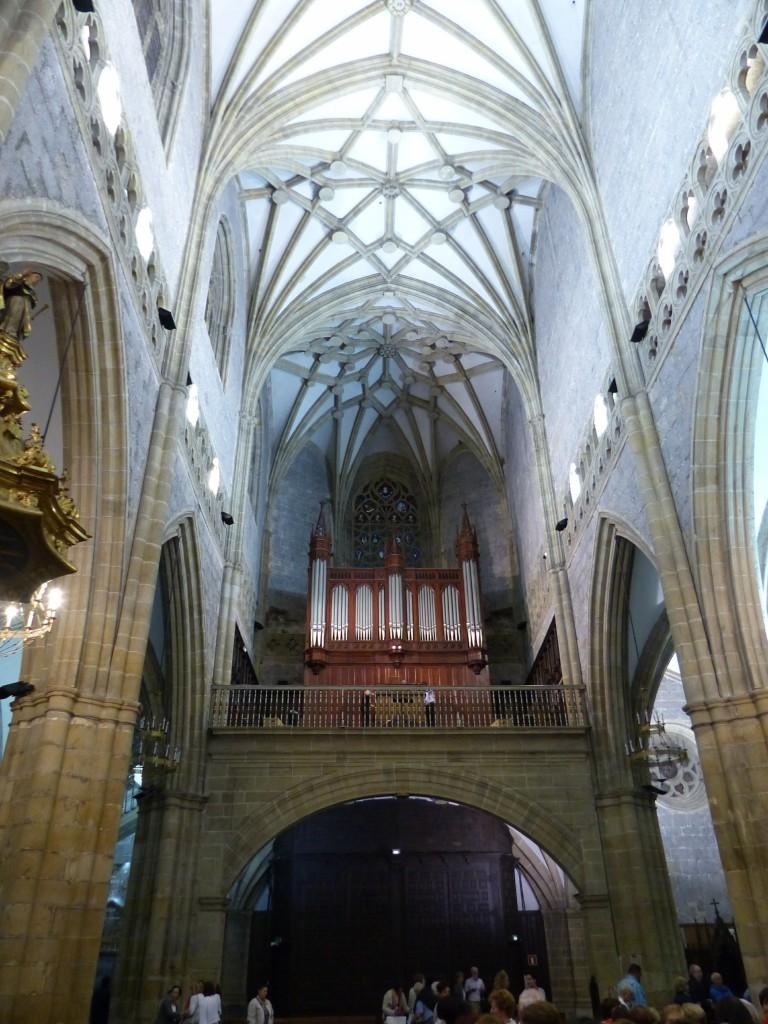 El organista Gerardo Rifón, ante el órgano de la basílica. Foto: ©Pablo Cepeda