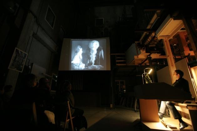 """Juan de la Rubia improvisando sobre """"Faust""""de F.W. Murnau en la presentación del nuevo órgano Grenzing para Radio France."""