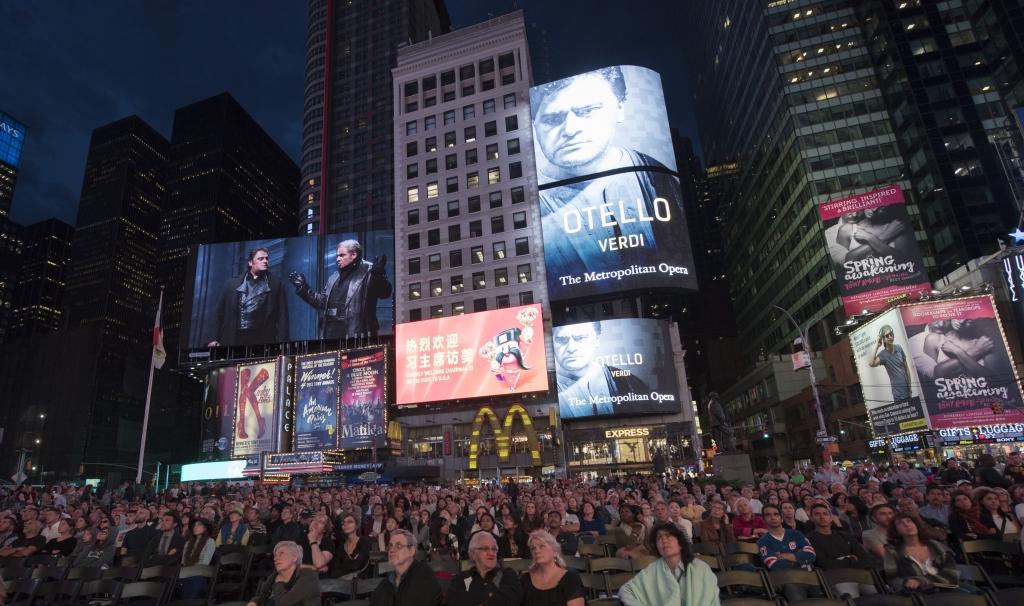 Una multitud sigue la inauguración de la temporada del Met en Times Square, Nueva York