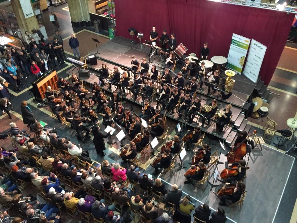 Alumnos y alumnas del Conservatorio de Bilbao, en concierto en la estación de Abando. Foto: Conservatorio J.C. Arriaga
