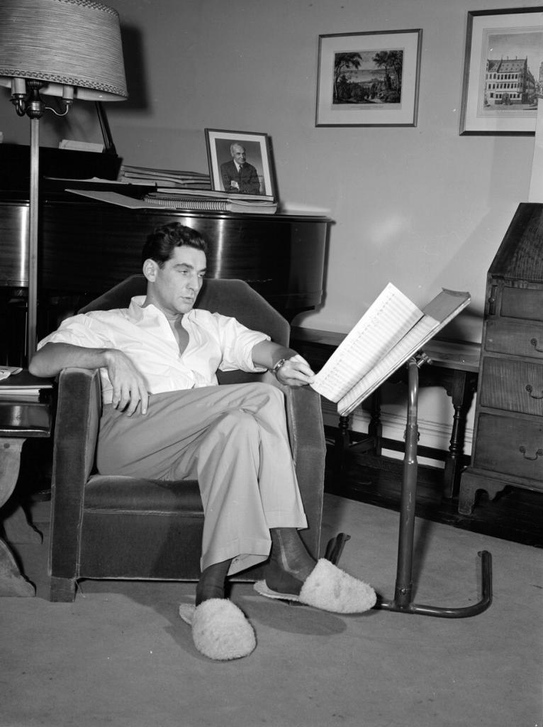 Leonard Bernstein en su apartamento, hacia 1946-48. Sobre el piano, retrato dedicado de Serguéi Kusevitski. Foto: William Paul Gottlieb