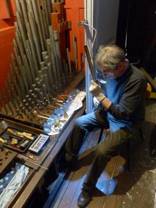 El organero y musicólogo Michel Jurine durante los trabajos finales de armonización de la tubería del órgano Cavaillé-Coll de la Basílica de Begoña (1884). Foto: Pablo Cepeda