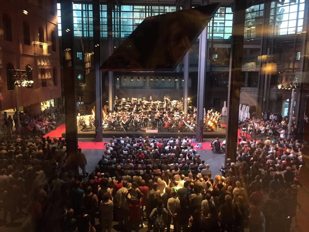La OSE en el atrio de Azkuna Zentroa. Foto: Euskadiko Orkestra