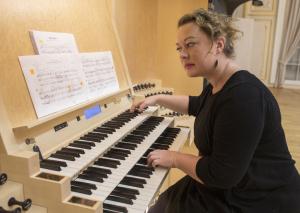 Moica Melcova en el órgano de la Filarmonía nacional eslovaca en Bratislava. Foto: http://hc.sk/