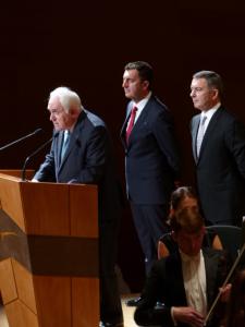 Guibert (Deusto) tomó la palabra en nombre de las tres instituciones acompañado por Corres (Cámara) y Lanzagorta (La Coral). Foto: Pablo Cepeda