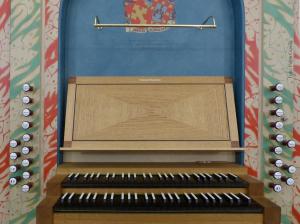 Consola del órgano Klais de San Pedro de Loiu (2007) que incluye los escudos de la fundación Arrietane.