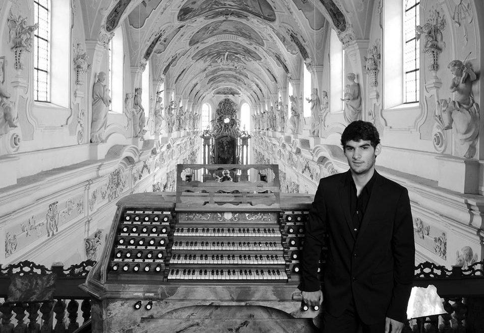 Aarón Ribas lleva el pequeño gran barroco al órgano de Indautxu